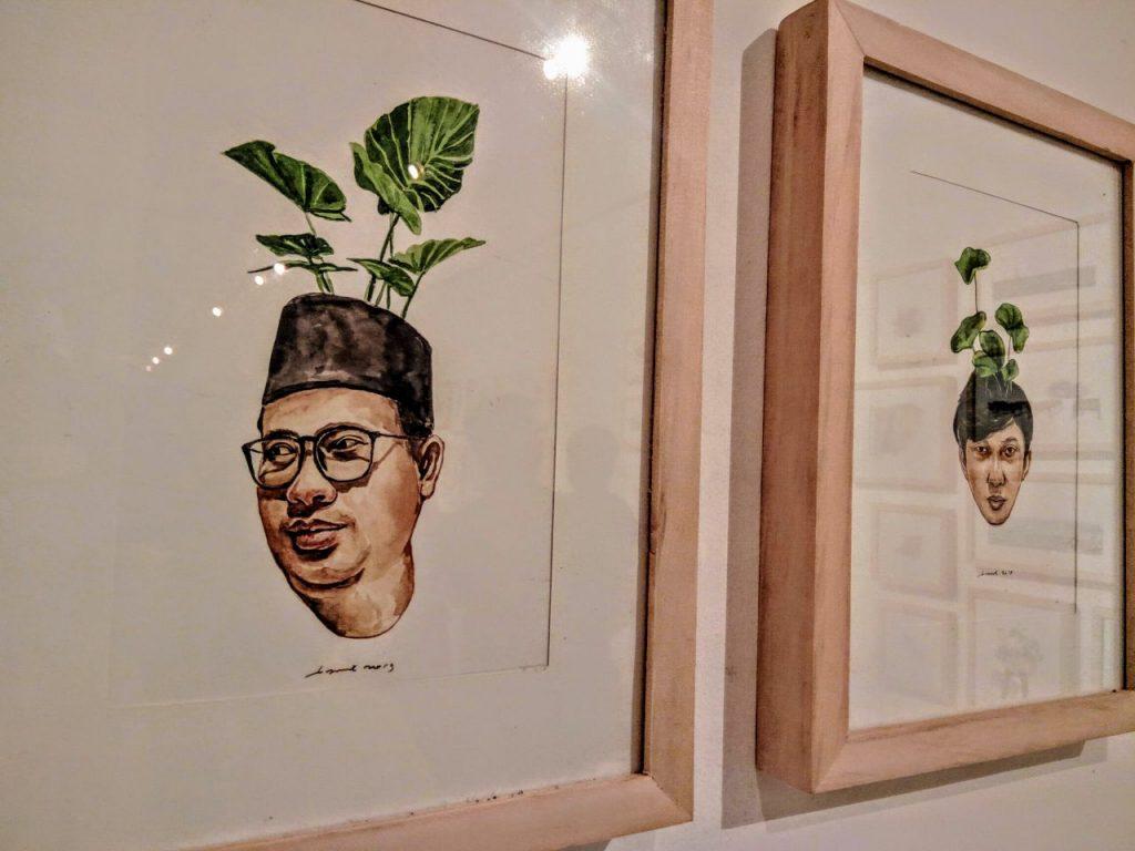 Ilustrasi Puthut EA [kiri] dan Bambang Nurdiansyah [kanan] dengan pantulan ilustrasi dan sorot lampu. Foto Journal/Bayu Utomo