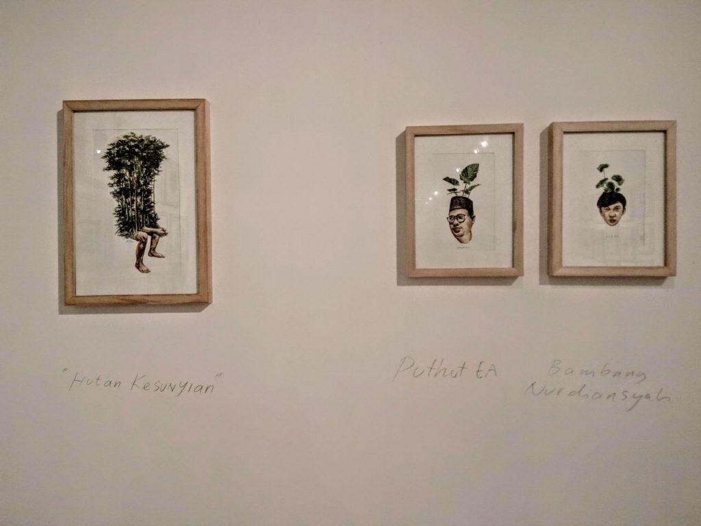 Di ujung ruangan terdapat tiga buah ilustrasi yang menampilkan ilustrasi sampul buku [kiri], Puthut EA [tengah] dan Bambang Nurdiansyah [kanan]. Foto Journal/Bayu Utomo